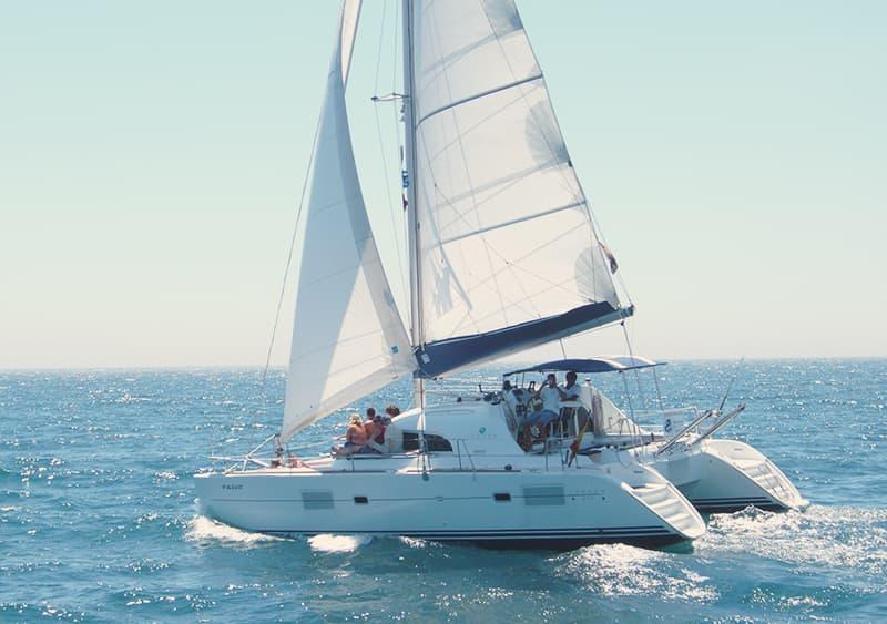 Alquilar catamarán para 25 personas en Benalmádena